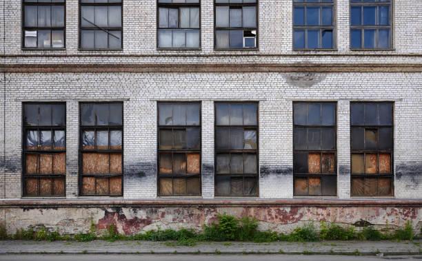 brända fönster i gamla industribyggnader brand - brand sotiga fönster bildbanksfoton och bilder