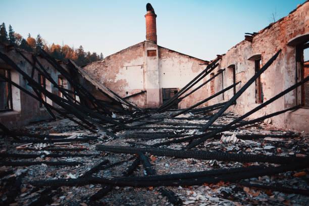 brända trähus. huset efter branden - brand sotiga fönster bildbanksfoton och bilder