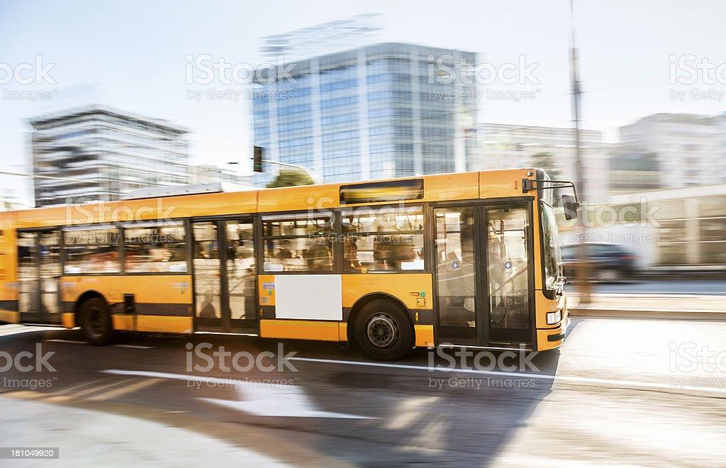 Autobus in una città - foto stock