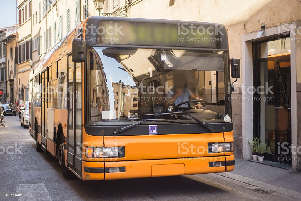 Autobus in narrow street - foto stock