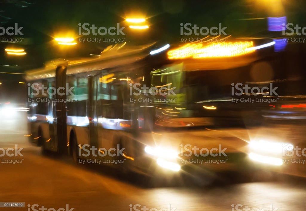 Bus ist die nächtliche Stadt bewegen – Foto