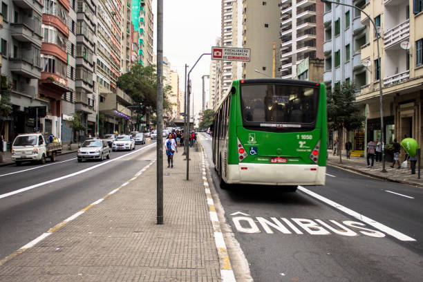 carril bus en la avenida - señalización vial fotografías e imágenes de stock