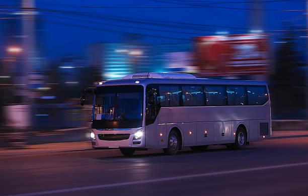 バスの夜の移動 - バス ストックフォトと画像