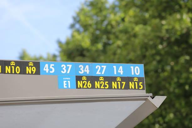madrid i̇spanya otobüs durağında otobüs numarası ekran - sefer tarifesi stok fotoğraflar ve resimler