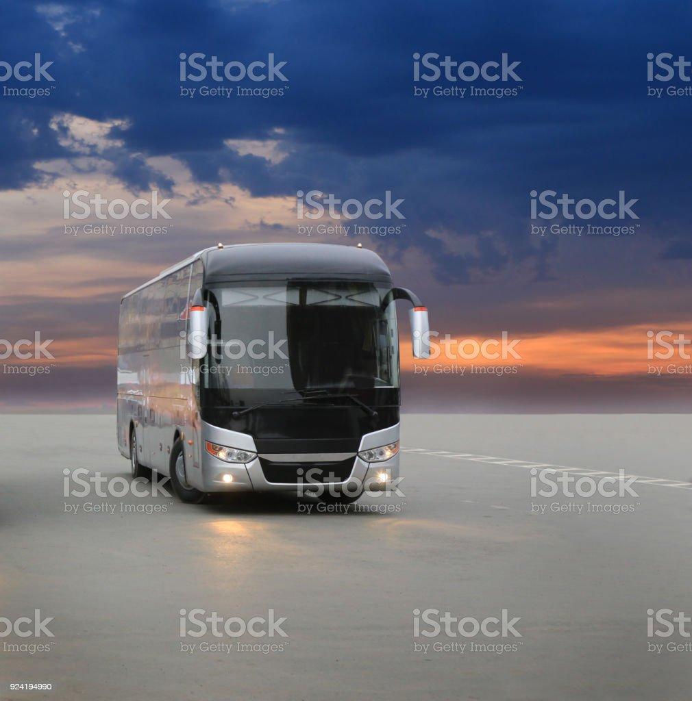 bus auf asphalt in den Abend bei Sonnenuntergang – Foto