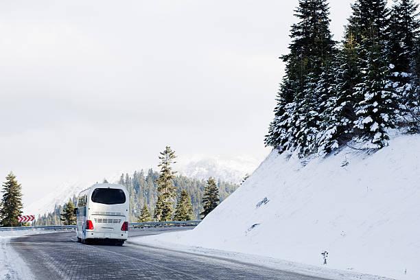 Bus auf Schnee road – Foto