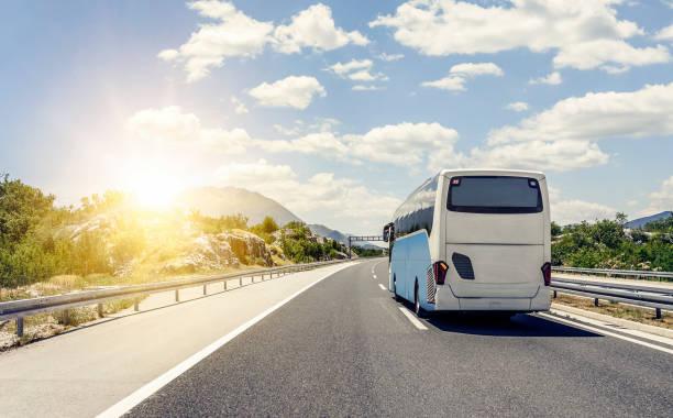 Autobús se precipita a lo largo de la carretera de alta velocidad de asfalto - foto de stock