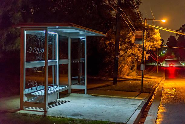 Abrigo de ônibus à noite - foto de acervo