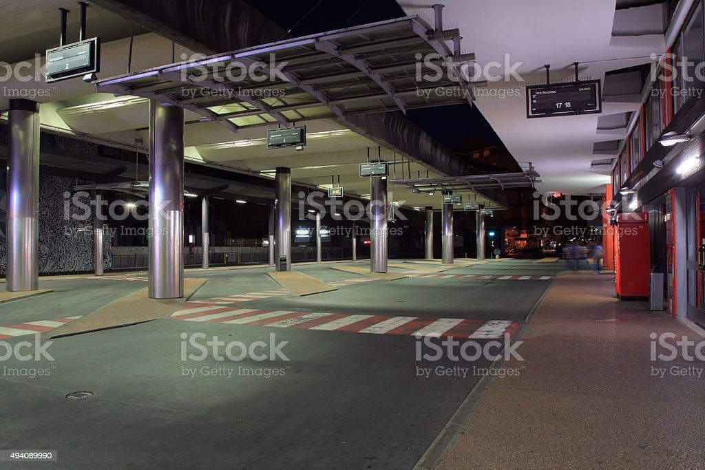 Stazione degli autobus della città di Udine, Italia di notte - foto stock