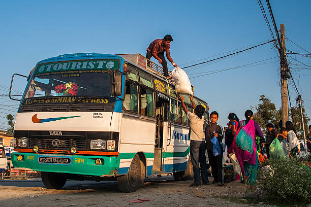 busbahnhof in pokhara - gepäck verpackung stock-fotos und bilder
