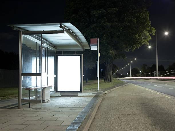 bus stop at night - bushalte stockfoto's en -beelden