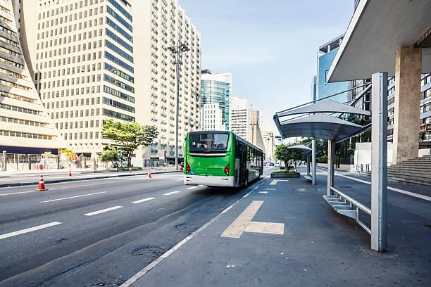 parada de autobús en la avenida paulista - señalización vial fotografías e imágenes de stock