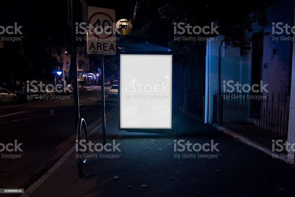 Panneau d'affichage sur l'arrêt de Bus de publicité rue de ville de nuit - Photo