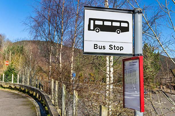 bus stop in the scottish countryside - bushalte stockfoto's en -beelden