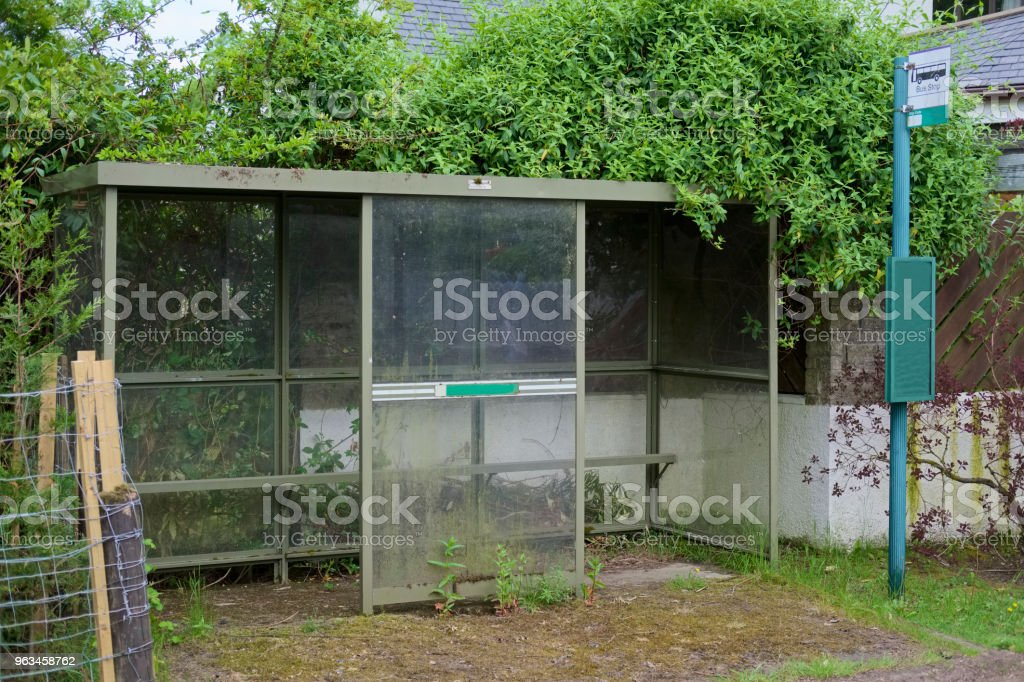 otobüs durağı barınak kırsal kırsal İngiltere'de toplu taşıma ücretsiz seyahat emekli üst düzey kişi gidip - Royalty-free Antrenör Stok görsel