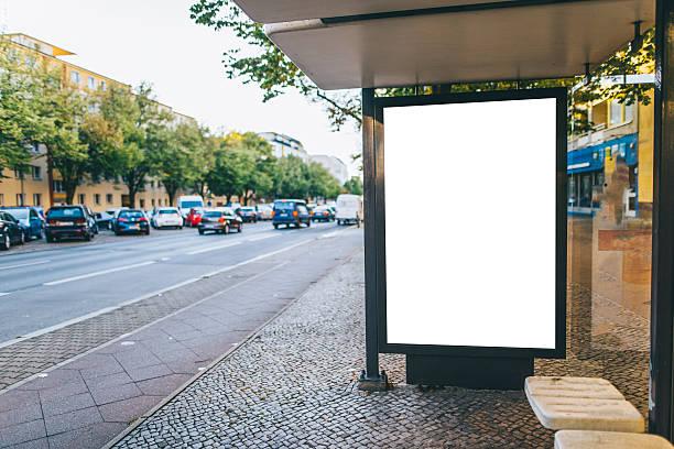 bushaltestelle mit billboard - sprüche englisch stock-fotos und bilder
