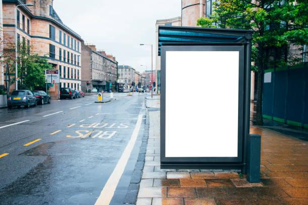 bushalte met billboard - bushalte stockfoto's en -beelden
