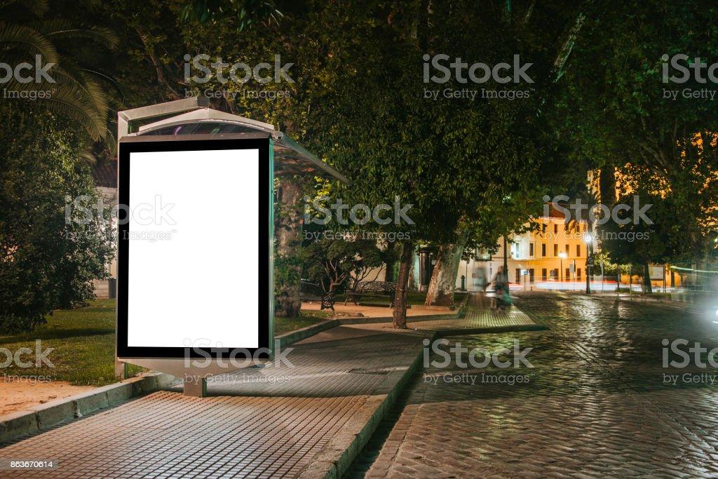 Arrêt de Bus avec un panneau d'affichage - Photo