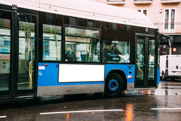 Parada de autobús en blanco cartelera  - foto de stock