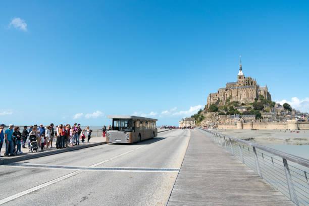 Bustransport für Touristen, die den berühmten Mont Saint-Michel in Frankreich besuchen – Foto