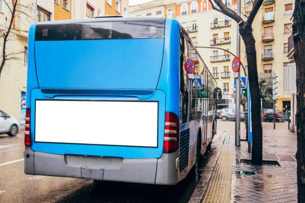Autobús con cartelera - foto de stock