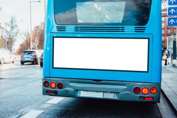 autobús con billboard - autobús fotografías e imágenes de stock