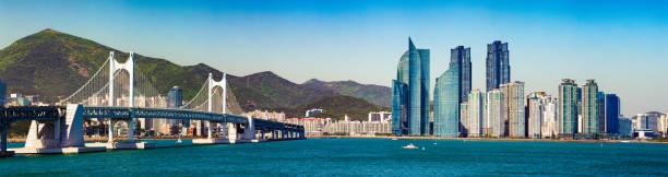 広安大橋と釜山パノラマ スカイラインの日当たりの良い春の午後 - 釜山 ストックフォトと画像