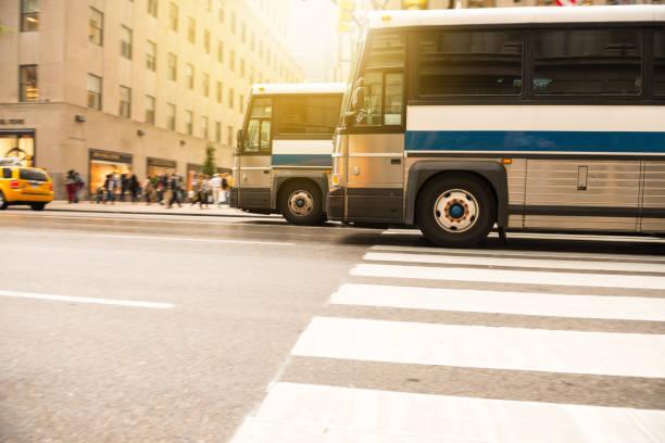 autobuses en el tráfico de la ciudad, espacio de copia de hora de acometidas, nueva york, a continuación - autobús fotografías e imágenes de stock