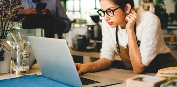 busibess besitzer ist laptop verwenden. - rawpixel woman stock-fotos und bilder