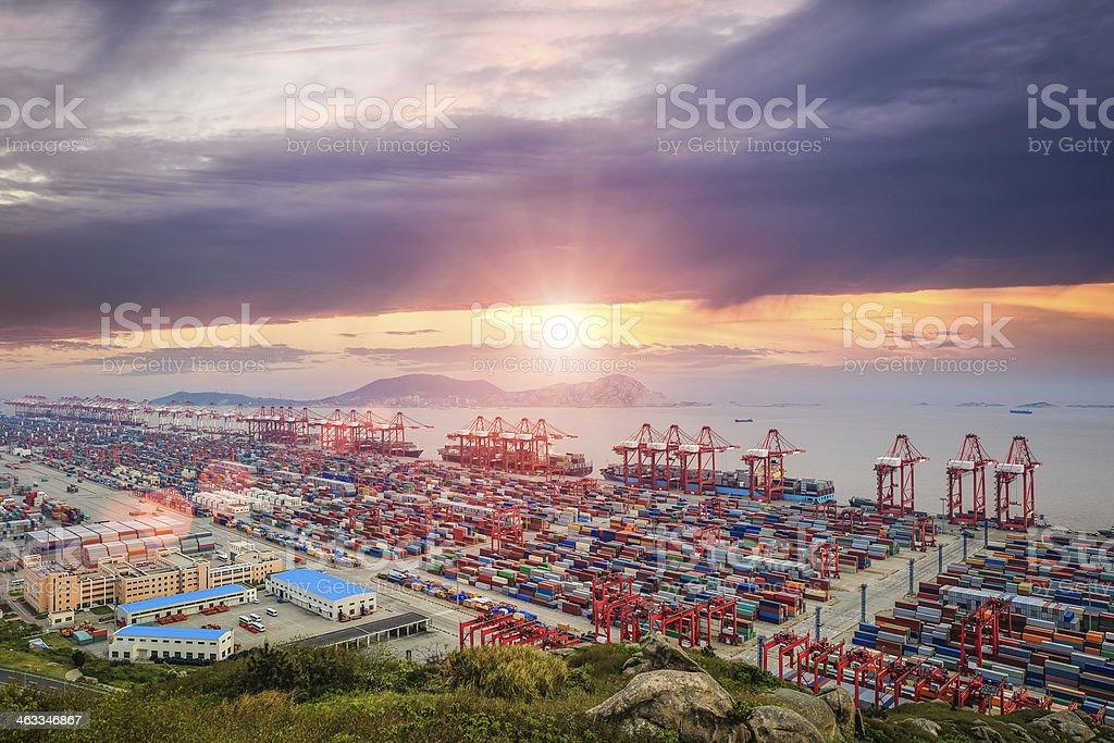 Verkehrsreichsten container-terminal in der Abenddämmerung – Foto