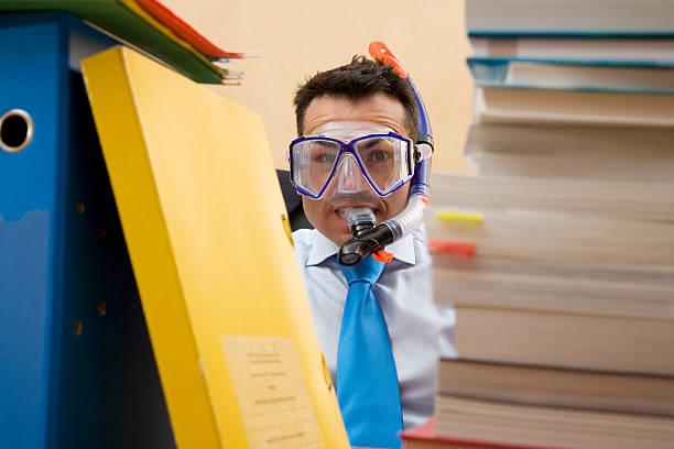 Businesman mit Büchern und Tauchen Gläser – Foto