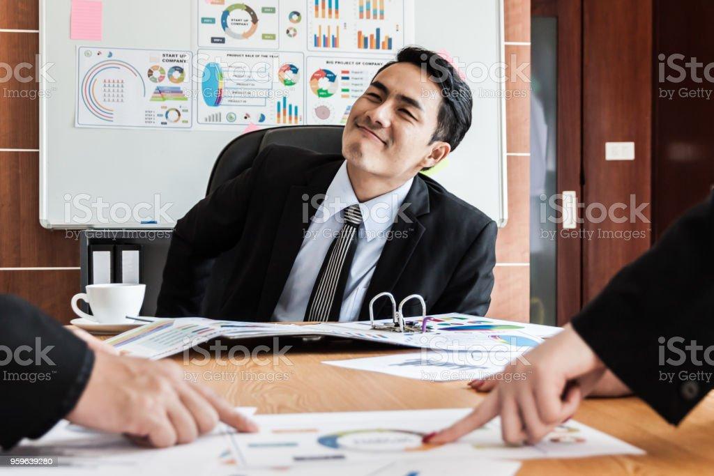 Negocio, un jefe hombre hablando a equipo de negocios - Foto de stock de Adulto libre de derechos