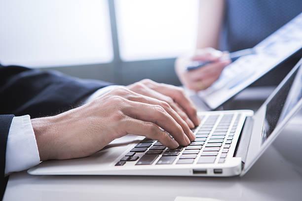 Business-Seite gestellt analysieren finanzielle zahlen die progre Buchungscode anzeigt – Foto