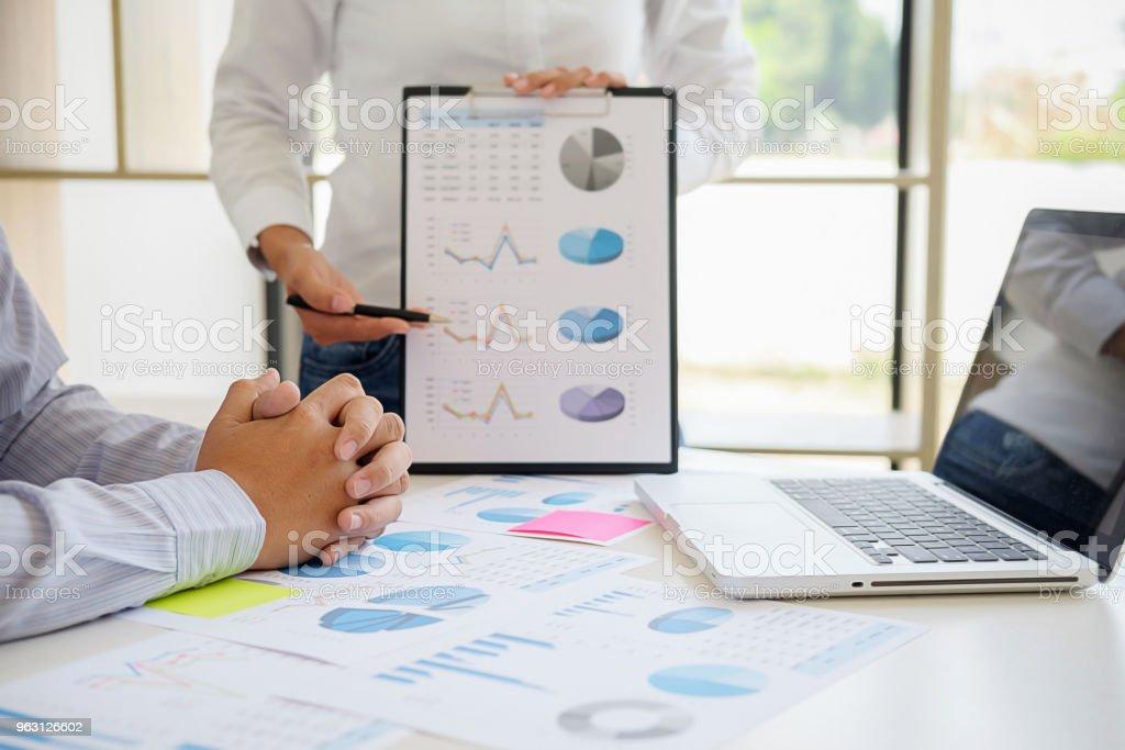 Business rådgivare analysera finansiella siffror som betecknar framsteg Internal Revenue Service Kontrollera dokumentet. Revision-konceptet - Royaltyfri Affärsman Bildbanksbilder