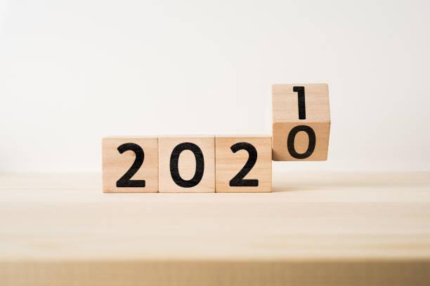 concept d'affaires et de conception - cube en bois flottant géométrique abstrait surréaliste avec le concept de mot 2020 et 2019 sur le plancher en bois et le fond blanc - calendrier digital journée photos et images de collection