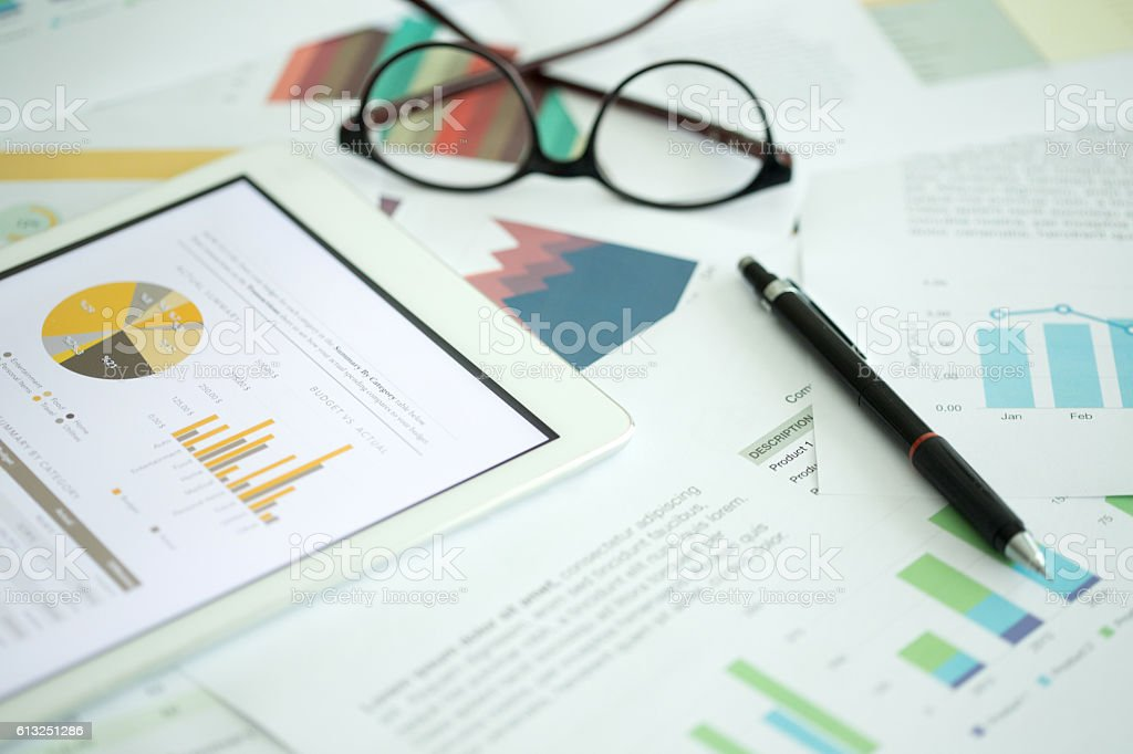 Business and Finance Concept: Business Chart on Desk - foto de stock