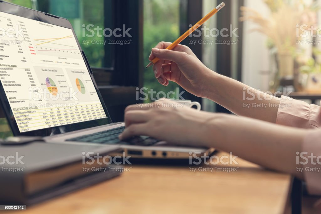Företag och finans konceptet, affärskvinna diskutera försäljning analys diagram i kafé - Royaltyfri Affärskvinna Bildbanksbilder