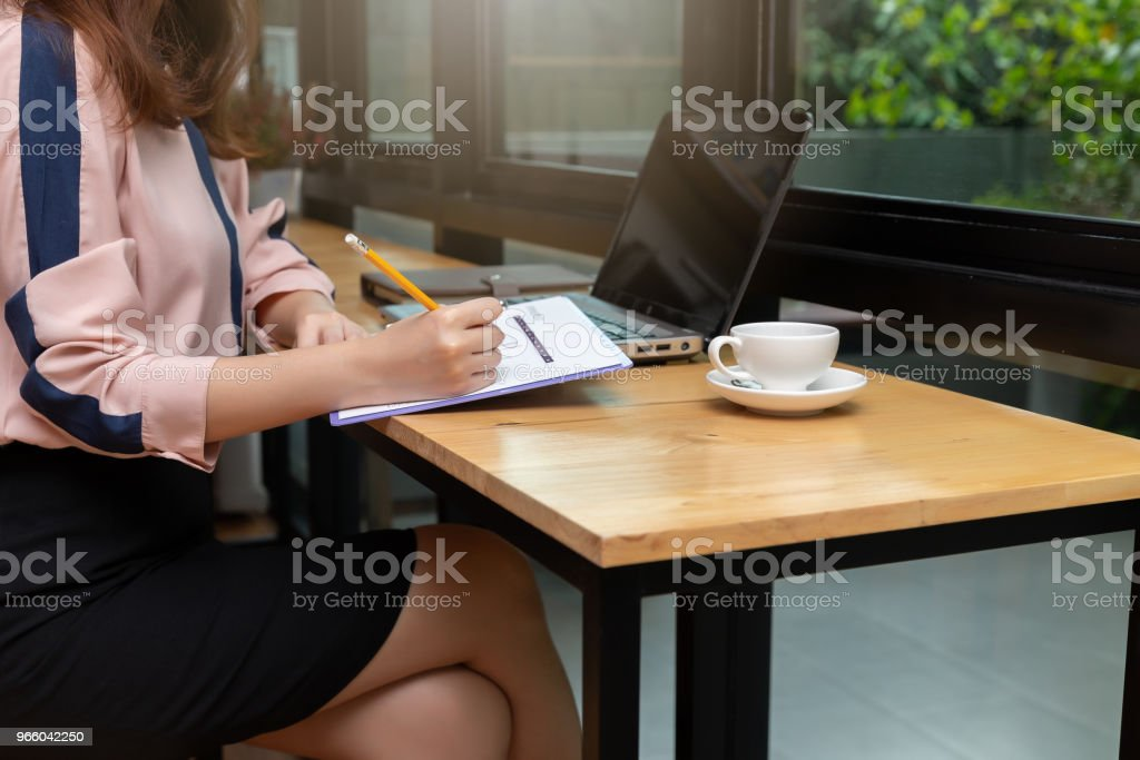 Business and finance concept, Businesswoman discussing sale analysis Chart in coffee shop - Стоковые фото Беспроводная технология роялти-фри