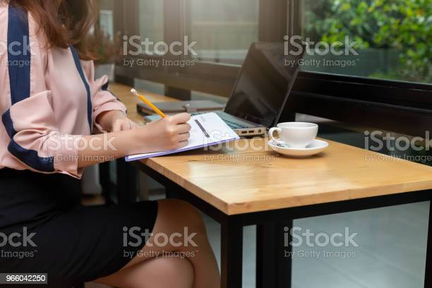 Business And Finance Concept Businesswoman Discussing Sale Analysis Chart In Coffee Shop - Fotografias de stock e mais imagens de Adulto