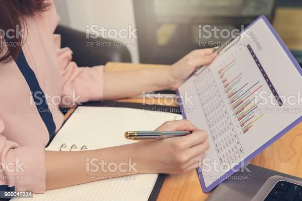 Business En Financiën Concept Zakenvrouw Bespreken Verkoop Analyse Grafiek In Coffeeshop Stockfoto en meer beelden van Aziatische en Indiase etniciteit