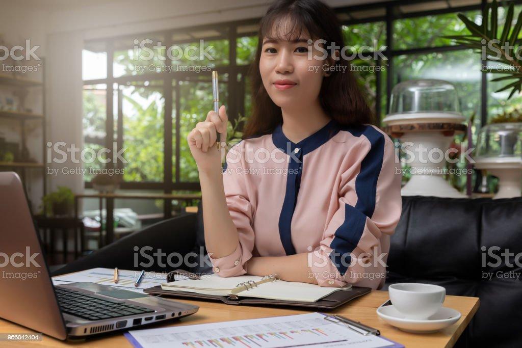 Wirtschaft und Finanzen-Konzept, geschäftsfrau diskutieren Verkauf Analyse Diagramm in Coffee-shop - Lizenzfrei Bildung Stock-Foto
