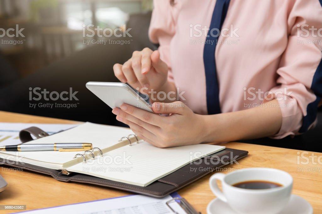 Wirtschaft und Finanzen-Konzept, geschäftsfrau mit Smartphone und diskutieren Verkauf Analyse Diagramm in Coffee-shop - Lizenzfrei Bildung Stock-Foto