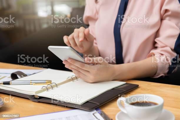 Business And Finance Concept Businesswoman Using Smart Phone And Discussing Sale Analysis Chart In Coffee Shop - Fotografias de stock e mais imagens de Adulto
