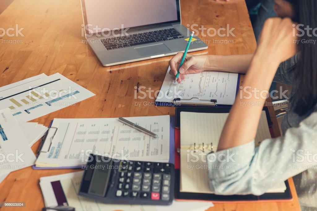 Företag och finans begreppet office arbetar, affärsman diskutera försäljning analys diagram - Royaltyfri Affärsman Bildbanksbilder