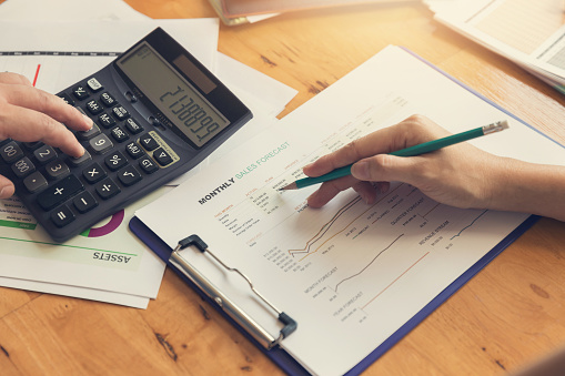 Business En Financiën Concept Van Office Werkt Zakenman Bespreken Verkoop Analyse Grafiek Stockfoto en meer beelden van Accountancy