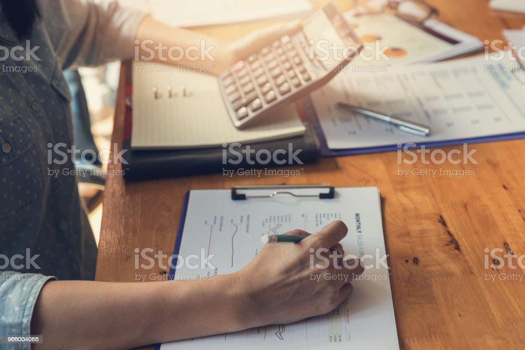 Wirtschaft und Finanzen Konzept des Büros arbeiten, Geschäftsmann diskutieren Verkauf Analyse Chart - Lizenzfrei Akademisches Lernen Stock-Foto