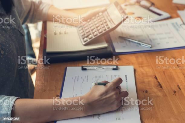 Wirtschaft Und Finanzen Konzept Des Büros Arbeiten Geschäftsmann Diskutieren Verkauf Analyse Chart Stockfoto und mehr Bilder von Akademisches Lernen