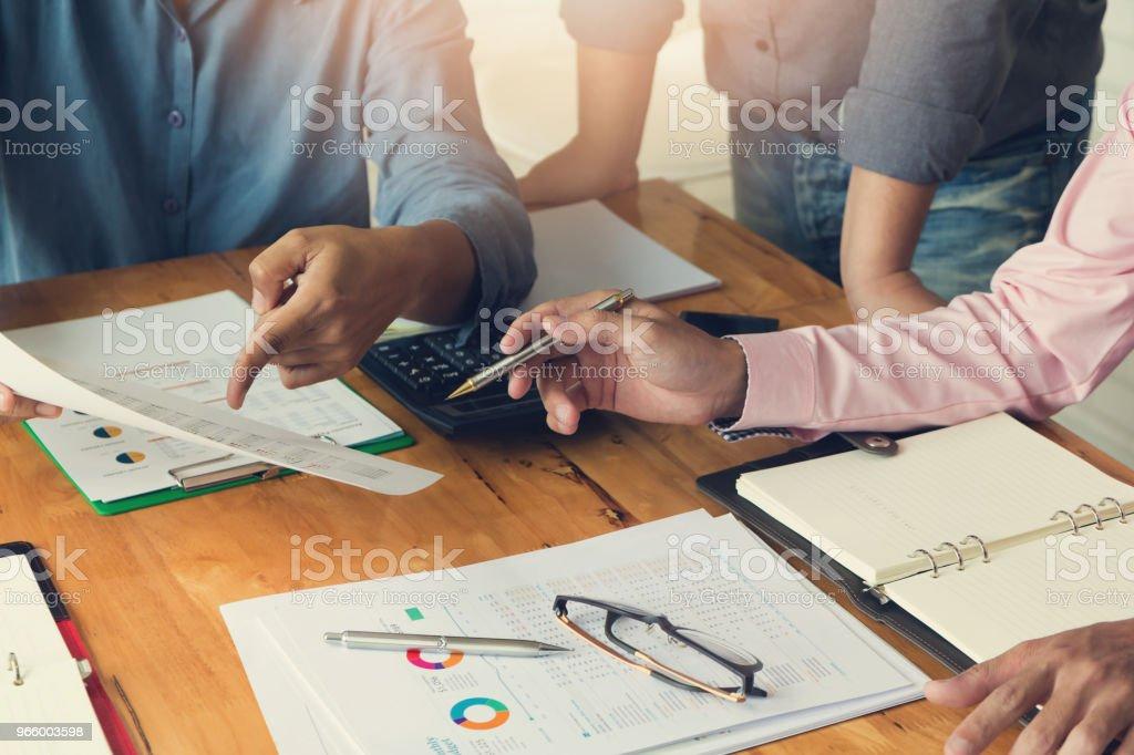 Wirtschaft und Finanzen Konzept des Büros arbeiten, Geschäftsmann mit Rechner zu diskutieren Verkauf Analyse Chart - Lizenzfrei Akademisches Lernen Stock-Foto