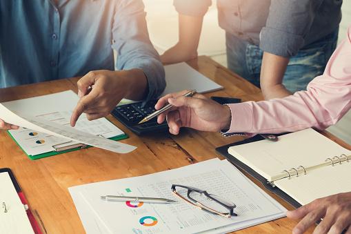 Företag Och Finans Begreppet Office Arbetar Affärsman Med Kalkylatorn Att Diskutera Försäljning Analys Diagram-foton och fler bilder på Affärsman
