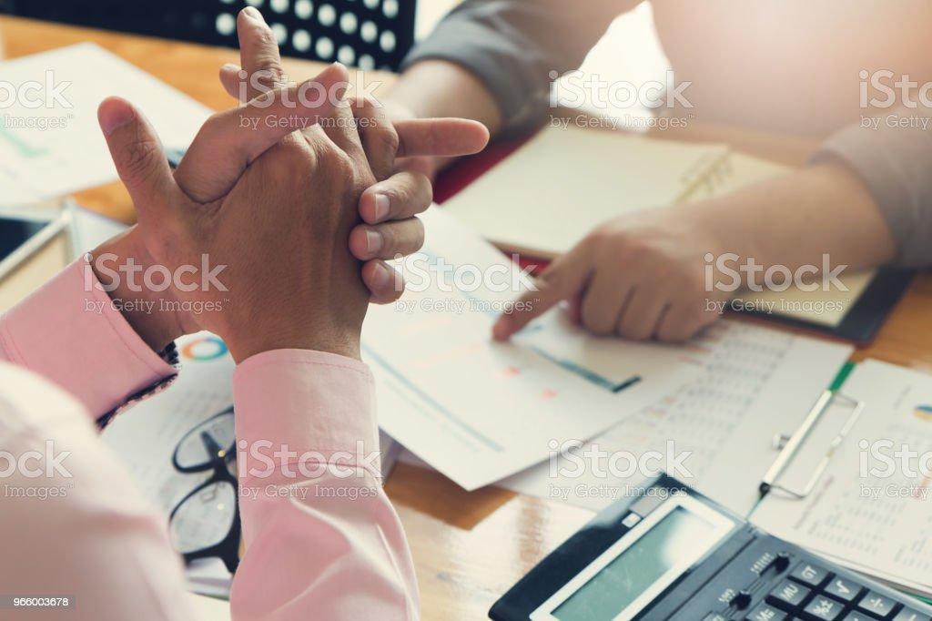 Business en Financiën concept van office werkt, zakenman met behulp van de calculator voor het bespreken van verkoop analyse grafiek - Royalty-free Accountancy Stockfoto
